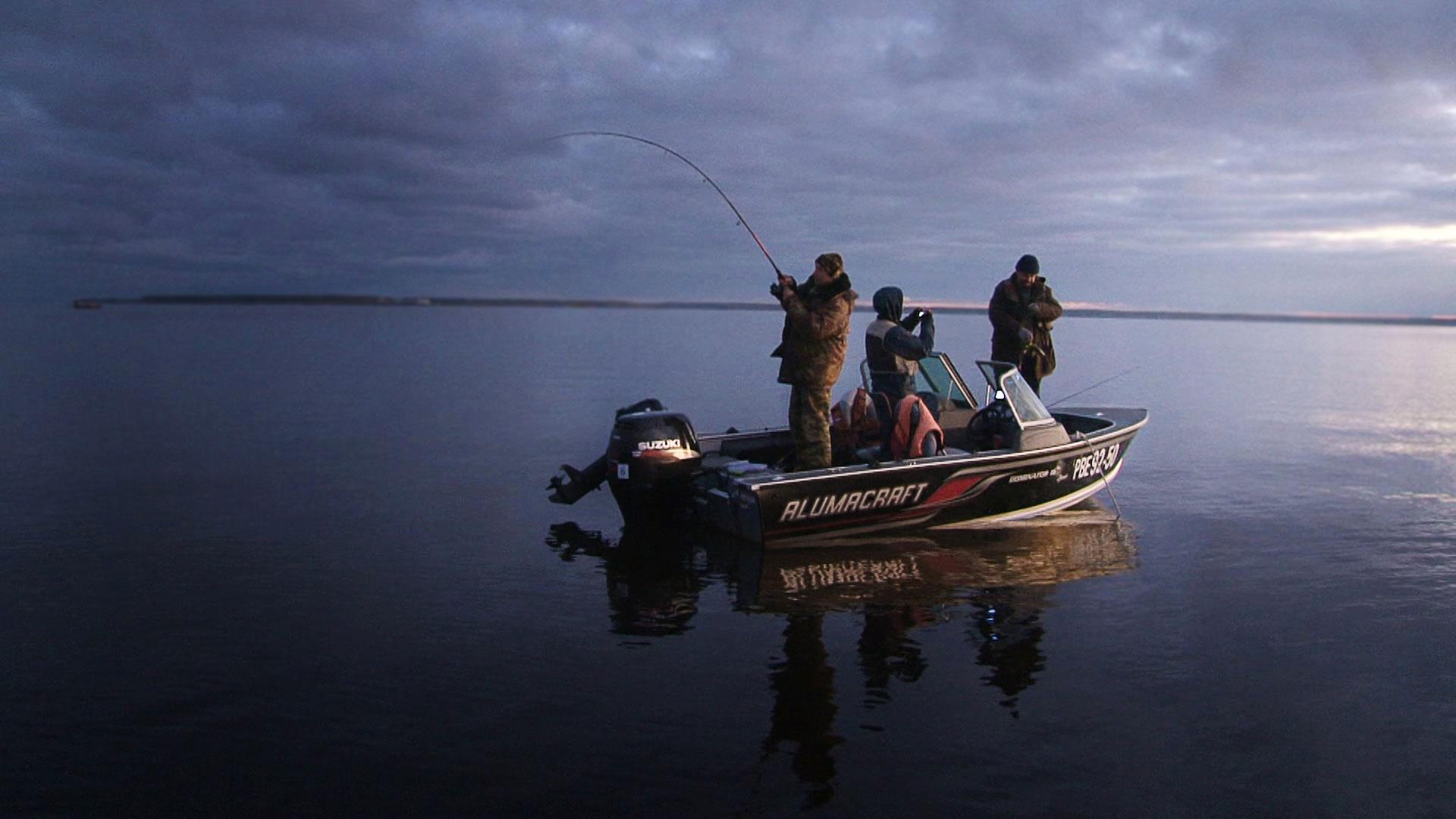рыбак на рыбалке обои